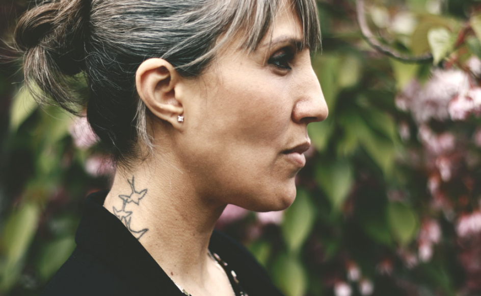 """Meget i Karima Bouyluds fortælling handler om svigt og skyld – den skyld, man tager på sig, flygter fra, og den man pålægger andre. Og om den skade, som vi, selv med gode intentioner, kan gøre mod dem, vi elsker. Med sin roman, """"I kærlighedens navn"""", tager hun forsoningens opgave på sig."""