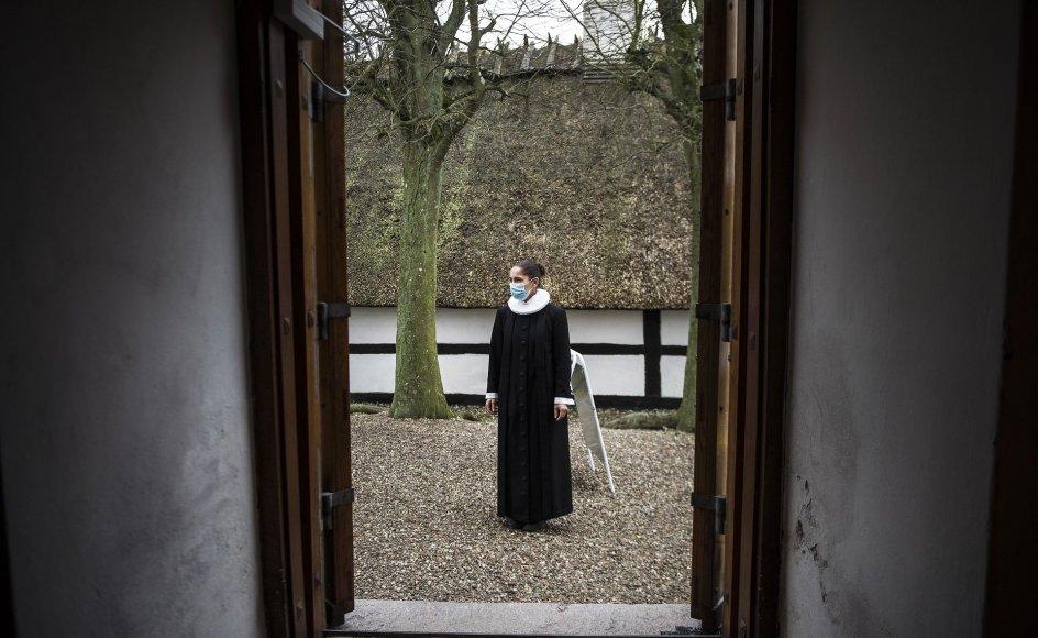 Nogle præster fortæller, at de er begyndt at se bort fra anbefalingerne om eksempelvis afstand og alene overholde det lovbestemte arealkrav.