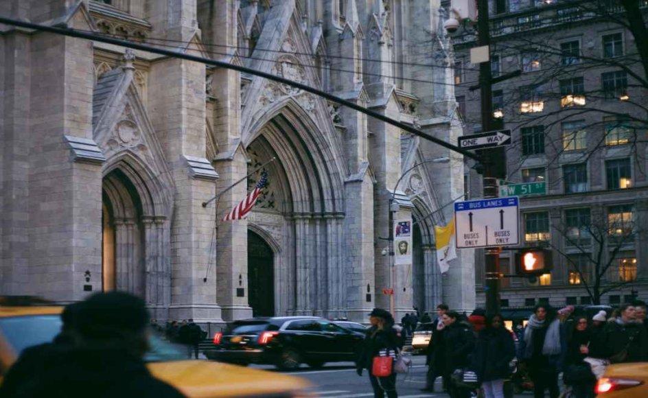 Amerikanerne forlader kirkerne som aldrig før. Her ses en travl og tæt trafik foran Sankt Patricks Katedral på Manhattan i New York.