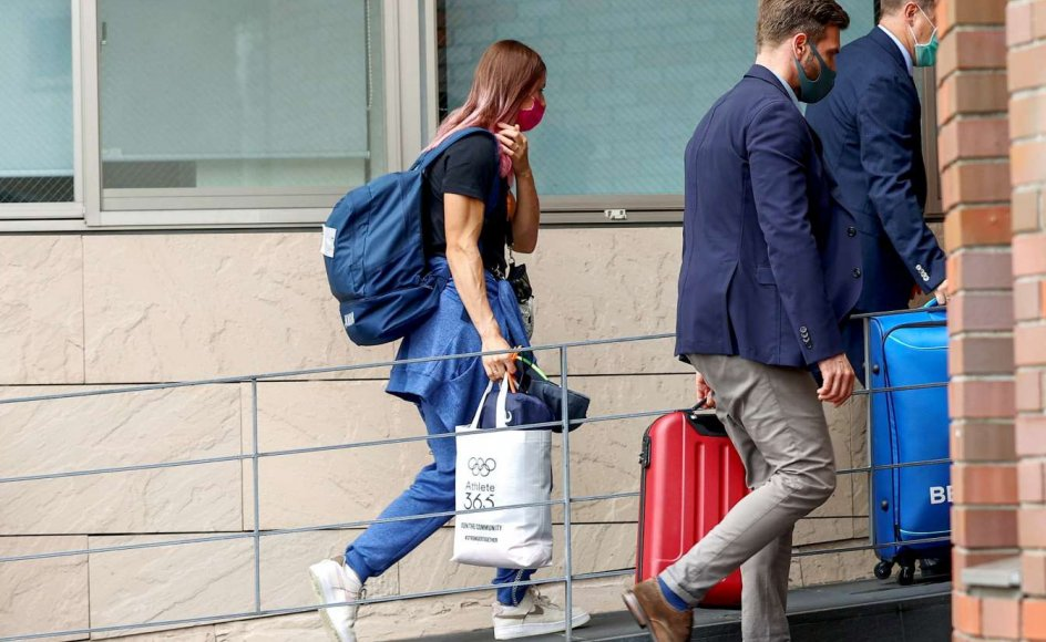 Her ses OL-sprinteren Kristina Timanovskaja nærme sig den polske ambassade i Tokyo den 2. august.