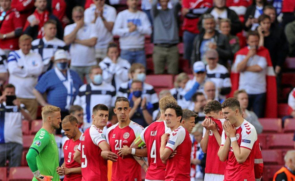 I noget, der lignede en bøn, stod Martin Braithwaite (nummer to fra venstre) sammen med holdkammeraterne og skærmede for Christian Eriksen, som lå livløs efter et hjertetilfælde.