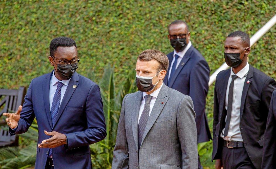 """Under et besøg i Rwandas hovedstad, Kigali, den 27. maj sagde Frankrigs præsident, Emmanuel Macron, at """"vi har en forpligtelse til at se historien i øjnene og stå ved vores del af ansvaret for Rwandas lidelse"""". Her er Macron ankommet til en massegrav for folkedrabet i 1994."""