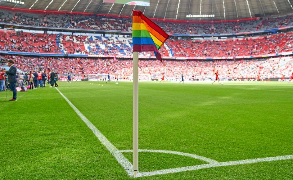 Det har affødt megen kritik i Tyskland, at UEFA sagde nej til at lade Allianz Arena i München oplyse i regnbuefarver under kampen mod Ungarn. Her ses et regnbueflag på Allianz Stadium i 2019.