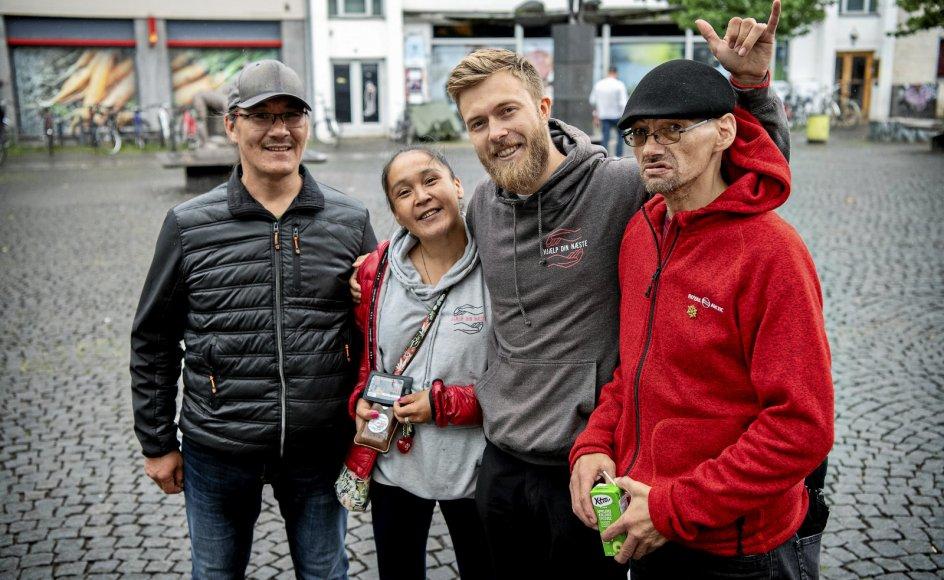 Det begyndte med en grydefuld suppe, og siden er det blevet til en hjælpeorganisation med 65 støttemedlemmer. Snorre Pedersen (i grå trøje) tog ¬sidste år initiativ til at stifte organisationen Hjælp Din Næste, der laver mad til folk på gaden og indsamler de ting, som hjemløse oplever at mangle i hverdagen. – Foto: Nils Meilvang/Ritzau Scanpix.