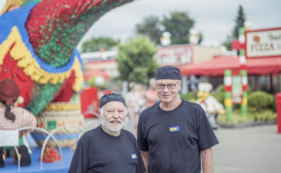73-årige Boje Eskildsen (til venstre) og 71-årige Ingvard Houmøller (til højre) var egentligt gået på pension fra job som henholdsvis grafisk designer hos Lego i Billund og handelsskolelærer i Fredericia. Men de sidste mange år har de haft sæsonjob i Legoland.