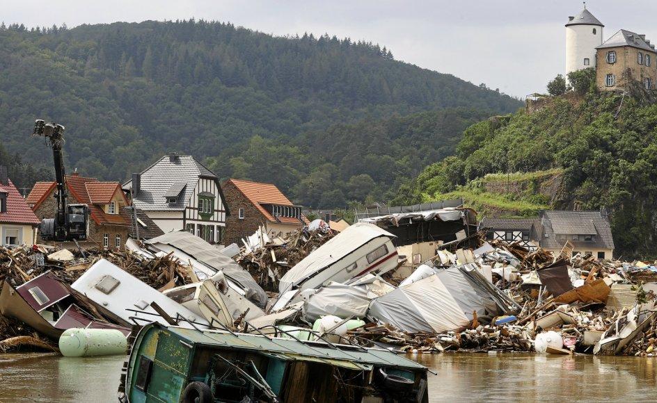 Oprydningsarbejdet er i gang efter de nærmest apokalyptiske ødelæggelser, som vandmasser og jordskred har forvoldt i blandt andet Kreuzberg i Ahrdalen i den vesttyske delstat Rheinland-Pfalz.