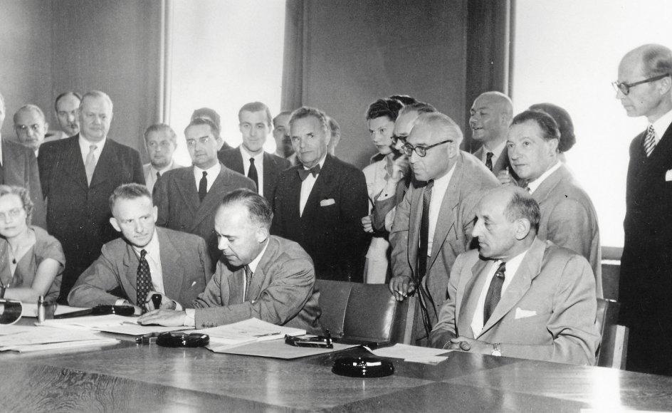 Det var danske Knud Larsen, som dengang var Indenrigsministeriets kontorchef, der i 1951 fik æren af at sætte FN's officielle segl på FN's Flygtningekonvention. Som formand for konferencen i Genève dengang havde han til opgave at finde en farbar balance mellem staternes interesser og hensynet til flygtninge.