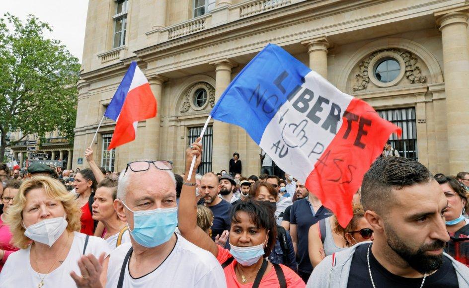 I Frankrig er protesterne taget til, efter at præsident Emmanuel Macron annoncerede nye tiltag i kampen mod covid-19. Demonstranterne er blandt andet utilfredse med udsigten til corona-pas for besøg på restauranter samt krav om obligatorisk vaccination for sundhedspersonale.