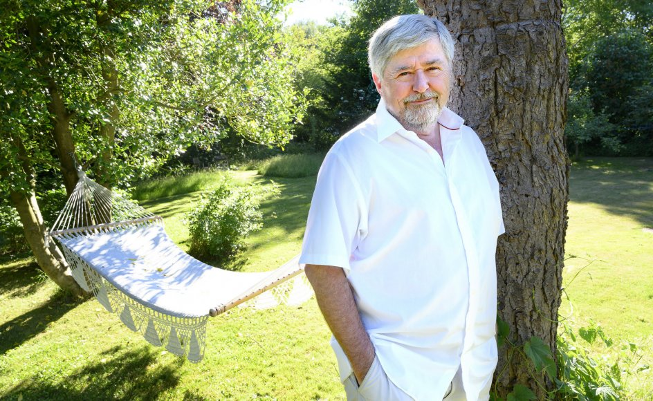 """Søren Søndergaard er fotograferet i sit sommerhus nær Melby i Nordsjælland. Han købte det sammen med to partifæller i 2001. Med inspiration fra en af Storm P.'s kendte monologer kaldte de det """"Morgenrøden""""."""