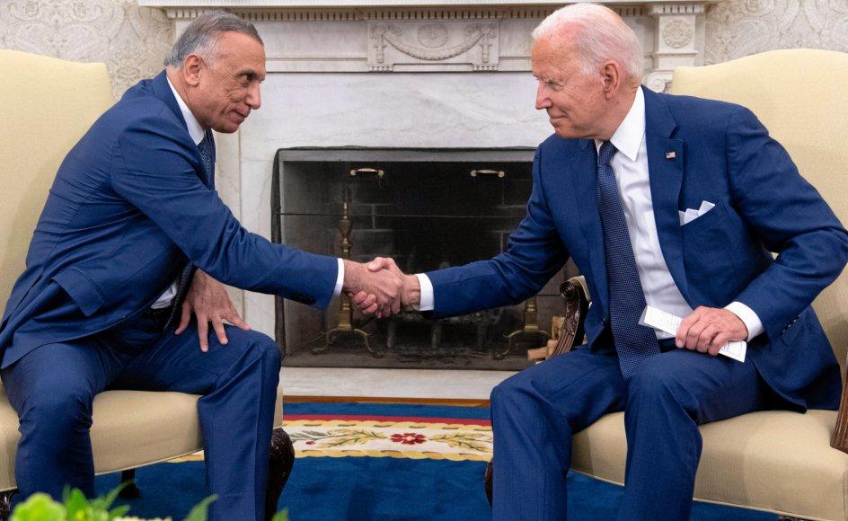 USA's præsident, Joe Biden, og hans irakiske gæst, Mustafa Al-Kadhimi, havde de store smil fremme, da de mandag aften dansk tid gav hinanden håndslag på, at de amerikanske kamptropper skal forlade Irak inden årets udgang.