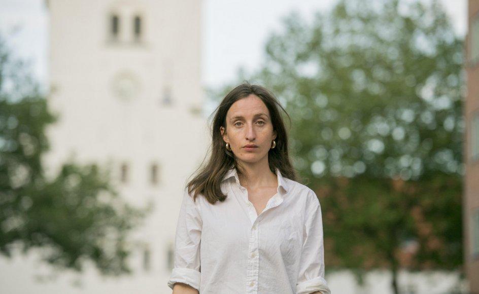 Forfatter Amalie Langballe deler gavmildt ud af sit eget liv i både forord og introduktionerne til interviewene med de ni præster i sin nye bog.