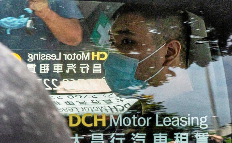 I juli sidste år blev Tong Ying-kit anholdt efter at have kørt sin motorcykel ind i tre betjente og viftet med et flag med politiske slagord til en demonstration i Hongkong. Fredag blev han idømt ni års fængsel.