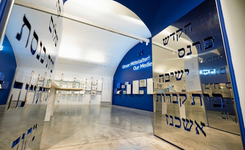 Det Jødiske Museum i Wien viser nu en udstilling om byens jødiske menighed, der – før den blev udslettet – både spillede en vigtig rolle for ud- viklingen i Wien og indtog en førende rolle blandt de jødiske trossamfund i Mellemeuropa.