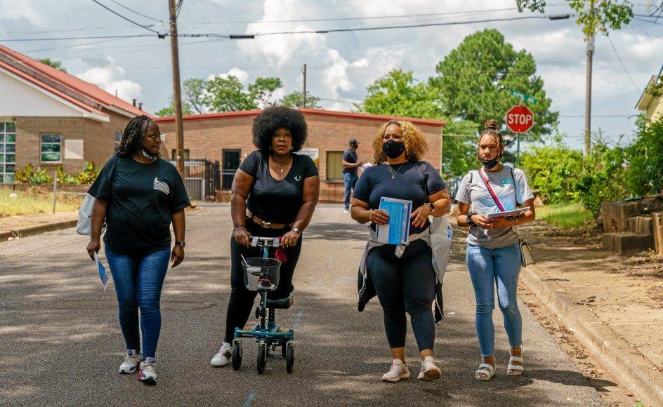 I USA sender delta-varianten af coronavirussen stadig flere uvaccinerede amerikanere på hospitalet. I sydstaten Alabama, der har en af landets laveste vaccinationsrater, går Sheila Tyson (nummer to fra venstre), sundhedskommissær i Jefferson amt, sammen med frivillige fra dør til dør for at oplyse borgerne om vaccinernes fordele.