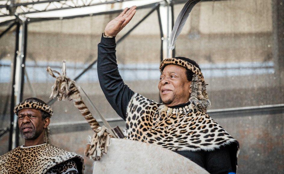 De sidste år af sit 72-årige liv, var zulukongen Goodwill Zwelithini mærket af sin diabetes-sygdom. Her vinker han ved en årlig zulu-mindehøjtidelighed på et stadion i Durban i 2018.